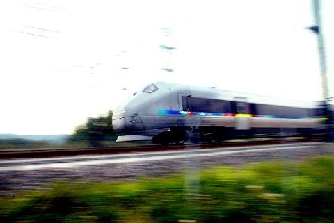 SUKSESS: Jernbanedirektoratet mener at Flytoget må bli en del av det vanlige togtilbudet. Det er samferdselsministeren lite positiv til.