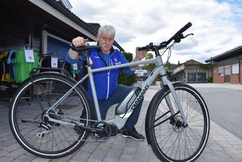 – Mange ønsker å kjøpe en elsykkel for å kunne ta litt lengre turer og turer hvor det er mer kupert terreng, sier Vidar Nordby, eier av Intersport Bjørkelangen.