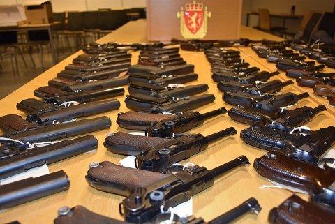 BESLAGLAGTE VÅPEN: Disse håndvåpnene ble beslaglagt i forbindelse med politiets Operasjon Bonanza. Ifølge VG skal disse skarpe pistolene ha tilhørt den avdøde politiadvokaten fra Romerike. Det er for RB ikke kjent om disse skytevåpnene er en del av saken mot våpenforhandleren. Foto: Politiet / NTB