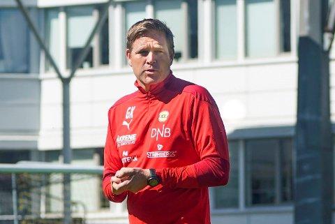 TATT GREP: LSKs fysioterapeut og fysiske trener Geir Kåsene fortellerat Pål-André Helland er tatt ut av fotballtrening for å forebygge skader.