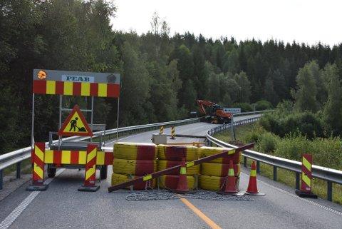 Fylkesvei 170 er stengt øst for Bjørkelangen. Foto: Trym Helbostad