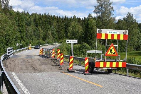Fylkesvei 170 øst for Bjørkelangen ble åpnet for trafikk igjen ved 15.30-tiden tirsdag. Foto: Trym Helbostad
