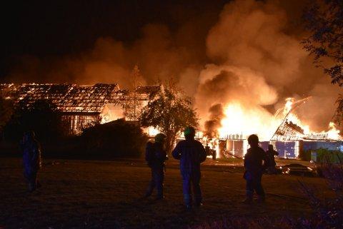 Da brannvesenet kom til stedet sto låven i full fyr. Foto: Trym Helbostad