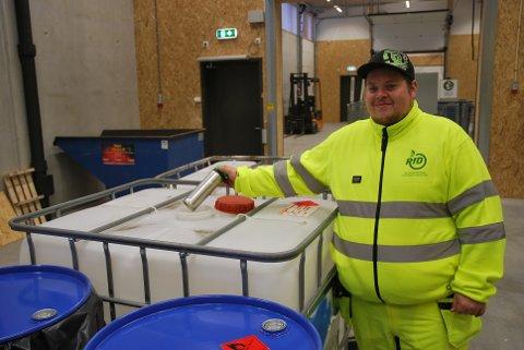 """Steffen bakken kaster det første avfallet i """"Nye Follestad"""" gjenvinningsanlegg."""
