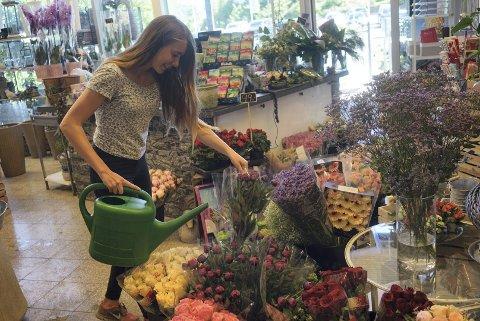 BRA: Emma Andersen (15), som er stasjonert på blomsterbutikken i Sætre under arbeidsuken. Selv om politikk ikke er noe som interesserer henne noe særlig, synes hun det er bra at noen har tatt initiativ for at ungdommene i Hurum også skal bli hørt.  Foto: Torgeir Ihle