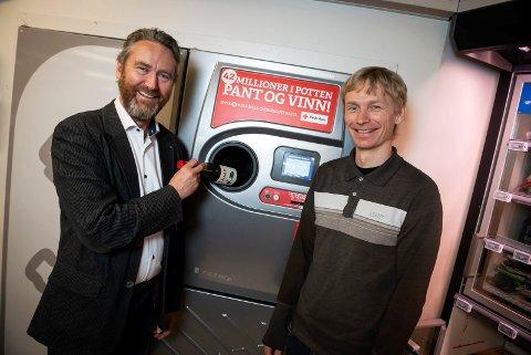 Administrerende direktør Kjell Olav Maldum i Infinitum (t.v.) og Rolf E. Eriksen på Vinmonopolet er glade for at enda flere flasker kan pantes.