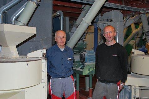 LEDER: Daglig leder Johan Johansen sammen med sin far John Arne Johansen mellom de to steinkvernmøllene.