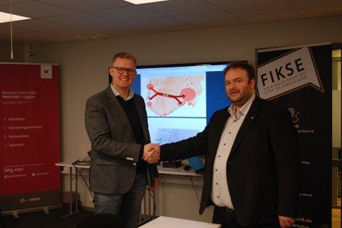 NY: Pål Kårbø (til venstre) overtar som daglig leder i E134 Haukelivegen AS og blir her gratulert av styreleder Roald Aga Haug.