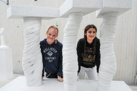Lisa Syvertsen (t.v., 14) og Sazan Ali (14) har lært mye nytt om arkitektur og kunst.