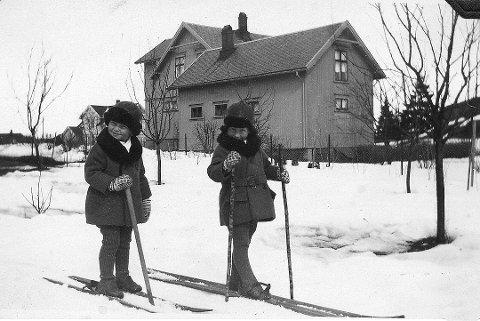 Her er brødrene Øivind og Erling Lingelem tatt i 1930 på Øvre Gokstad. Her er det ikke rottefellabindinger, og stavene er kun noen stokker. Men flott kledd er de!