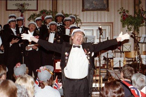 SKAPTE STEMNING: Per Tveit (1951-2012) var i mange år selveste drivkraften bak Sandefjords kirkemusikalske liv, i tillegg til å være komponist, kordirigent, orkesterleder og pianist. Her er humørsprederen i fri utfoldelse som dirigent for mannskoret Hvalkjæften i mai 1993. (Arkivfoto: Per Langevei)