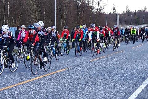 FØRSTE RITT: Mange trosset vårkulden og deltok på årets første Spinn Cup ritt