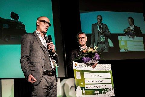 FIKK PRIS: Hans Kristian Westrum (t.v.) og Kåre Jan Johansen i Soil Steam International mottok tirsdag Innovasjonsprisen 2018 på Norsk Landsbrukssamvirkes konferanse Mat og Landbruk i Oslo.