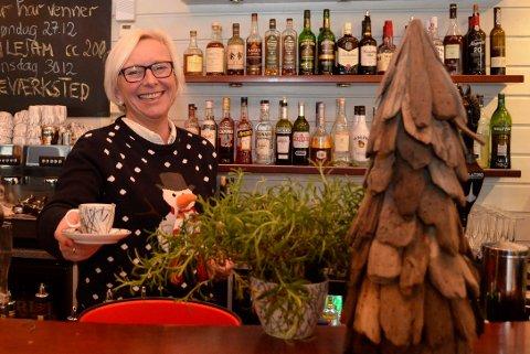 LUN JUL: Heidi Schau, daglig leder ved Draaben kulturbar. Holder åpent julaften fra kl. 23.00. – Da er det bare koselig her. Ett år kom en nabo ned med julekaker, som ble stående på bardisken, forteller hun. ARKIVBILDE: Maja Christensen