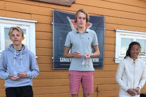 SEIER: Ferdinand Juell-Bergan på toppen av seierspallen. Han vant foran klubbkamerat Ulrik Quamma (t.v.).