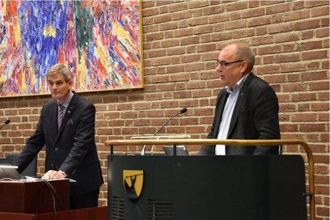 BLE KLUBBET: Arild Theimann (Ap) fikk ikke framføre hele sitt innlegg da kommunestyret skulle velge ordfører. Til venstre står ordfører Bjørn Ole Gleditsch (H).