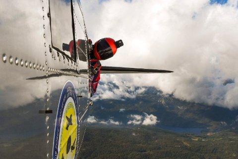 BATMAN: Johan Bryhni gjør seg klar til å forlate Dakotaen. Bildet er tatt i det han titter ut av flyet og vurderer forholdene før et utsprang over Notodden i september.