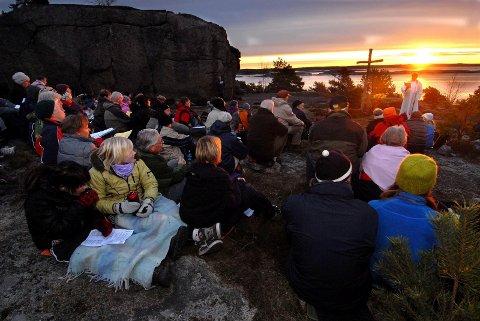 TIDLIG ELLER SENT? Sandefjord kan by på arrangementer og opplevelser både tidlig og sent i påsken. Dette bildet er tatt under en påskemorgengudstjeneste på Flautangen. ARKIVFOTO: Olaf Akselsen