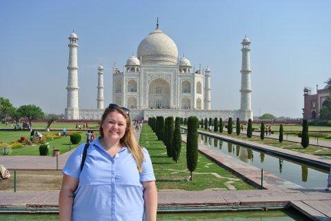 INDIA: Som praktikant ved den Norske ambassaden i New Dehli har Amalie Østhassel fra Sandefjord fått verdifull  innsikt i livet som diplomat ved en norsk utenriksstasjon.På bildet er hun på tur til Taj Mahal.
