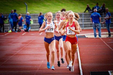 HØY FART: Det ble satt stor fart fra start på 3.000-meteren under nordisk mesterskap i Kristiansand, og Ina Halle Haugen (til venstre) fosset inn til ny, klar bestenotering.