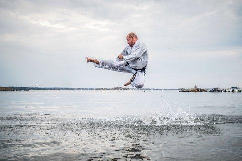 Ernst Erdmann viser et av sparkene i taekwon-Do