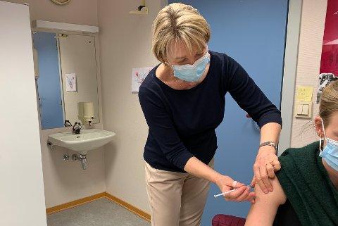 IGJEN OG IGJEN: Ledende helsesykepleier Grethe Halvorsen Beck har satt noen hundre koronavaksiner, blant annet denne på fredag. Hver innbygger som får vaksine, får også informasjon av Beck og kollegene.