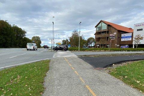 I krysset hvor Solaveien går inn i Oalsgata oppstår det jevnlig farlige situasjoner. Nærmste nabo, Rema 1000 Stangeland, ser frem til rundkjøringen er på plass.