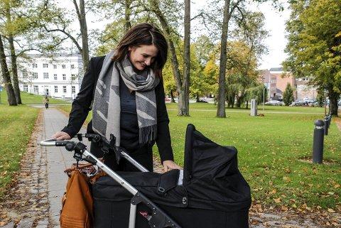 LEDERJOBB: Therese Thorbjørnsen, her på trilletur med sønnen Oscar – for øvrig oppkalt etter tidligere statsminister Oscar Torp – blir den nye lederen av samfunnskomiteen de neste fire årene.