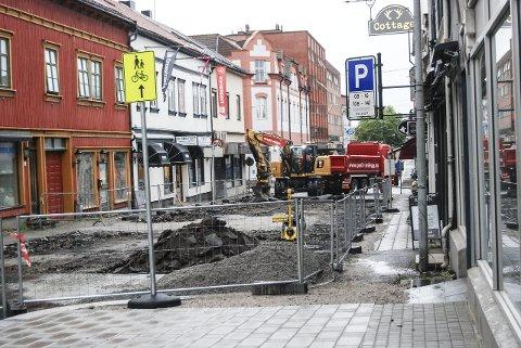 Slik ser det ut i Glengsgata om dagen. Opprustingen av sentrumsgaten er ventet å ta rundt to og en halv måned. (Foto: Pål Vikesland)