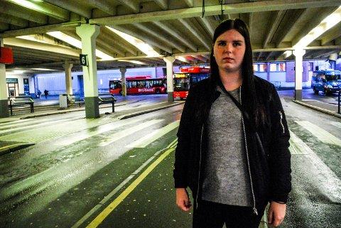 OPPGITT OG FRUSTRERT: Nora Larsen i elevrådet er oppgitt og frustrert over at det ikke blir satt inn flere skolebusser.