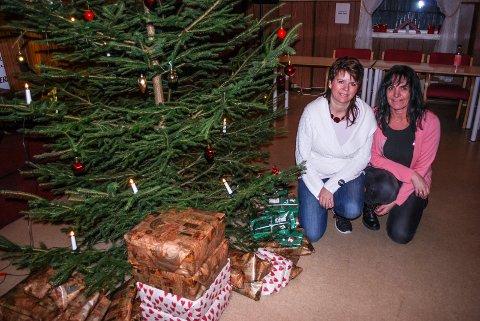 JULEPYNTET VARMESTUE: Kjersti Seljehammer og Annika Filtvedt har pyntet treet og er klare for juleinntoget på Varmestua.