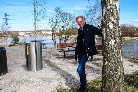 KRAKKER PÅ PLASS: Bjørn Steinar Syversen har sørget for at det har blitt satt opp både krakker og en grill.