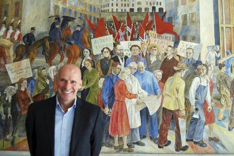 Geir Lippestad gleder seg til å holde 1. mai-talen i Fredrikstad og Sarpsborg. – Jeg er stolt av at komiteen spurte meg om å holde talen, sier han foran maleriet til Reidar Aulie. Et maleri som illustrerer klassekamp.
