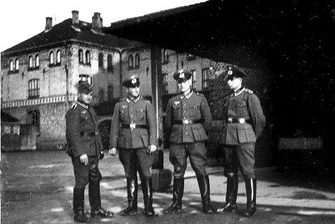 Tyske soldater ved Kirkegata skole, 1940-1941. Bildet er tatt inne i skolegården