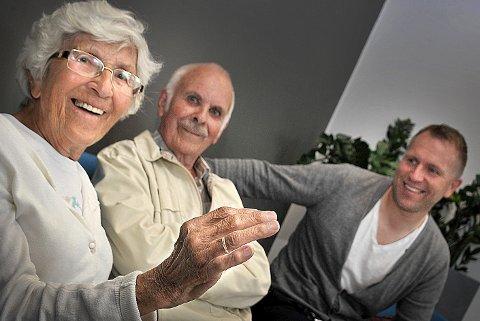 Nå er ringen tilbake på fingeren til Helga Martinsen (t.v.). Det var hennes mann Arne Martinsen som kontaktet driftssjef Kenny Baller (t.h.) etter å ha lest om ringen i avisen. (Foto: Jarl M. Andersen)