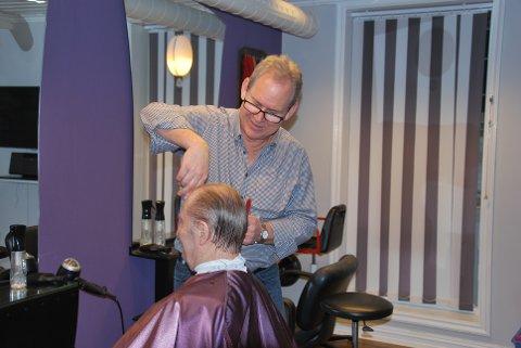 STAMKUNDER: Roger har gjennom årene fått mange faste kunder, her klipper han Yngve Strand som har gått til samme frisør i flere tiår.