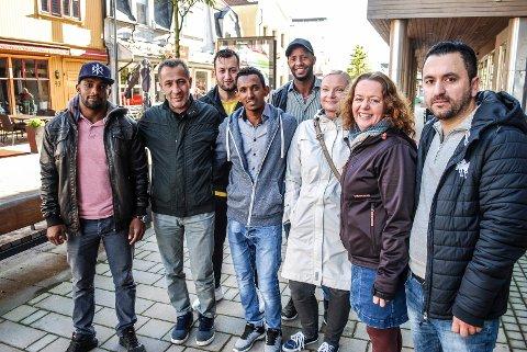 TRENGER EN MINIBUSS: Fra venstre: Yohannes Gebremeskel, Khasman Yousef, Mohammad Samim Sfouk, Berhan Hamde, Abdelkadi Salih, Ingvild Toftner, Margrethe Stang og Shia Ibrahim.