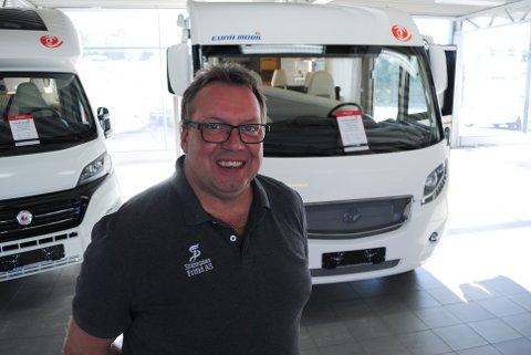 STRÅLENDE FORNØYD: Morten Alex Myhre, daglig lede hos Stamsaas Fritid AS, registrerer at bobilsalget går strålende om dagen. Bare i september solgte han 46 bobiler.