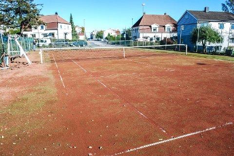 MÅ GJØRE NOE: Slik ser en av tennisbanene ved Kulåsparken ut nå. – Vi er bare nødt til å gjøre noe, sier Yngvar Grina til SA.