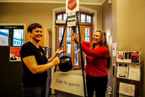 JULEGRYTER: Siv Joensen og Belinda Andersen i Frelsesarmeen gjør klar julegrytene, som nå skal utplasseres rundt om i Sarpsborg.