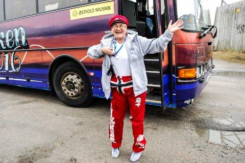 GLAD 70-ÅRING: Kledd som russ, og i skikkelig feststemning startet Liv Henriksen sin bursdagsfeiring i Sarpsborg lørdag ettermiddag. Du ser det ikke så godt på bildet, men hun har også «blinkesko» på seg.