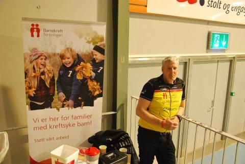 TEAM RYNKEBY: Bjørn Kvie stod og samlet inn inngangspengene til Barnekreftforeningen og Team Rynkeby.