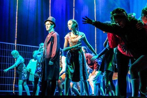 FULLT HUS: Det var fullt hus da Villekulla barne- og ungdomsteater viste Showstoppers på Sarpsborg Scene mandag kveld.