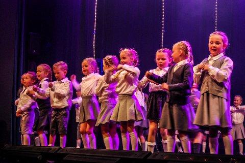 DE YNGSTE: De helt yngste teaterspirene debuterte på scenen mandag kveld.