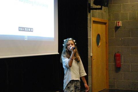 """Saga  Bjerkebekk framførte """"Grab the moment"""" da kunstelevene ved Kulturskolen mandag inviterte til utstilling."""