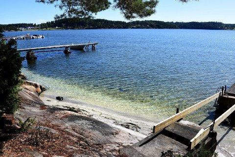 SKJELLSAND: Det var i juli det ble oppdaget at flere hytteeiere på Komperødlandet i Ullerøy hadde fylt på skjellsand på strendene uten å søke. Nå har kommunen varslet hytteeierne om at de vurderer å pålegge dem å fjerne sanden som ligger på land på en skånsom måte.