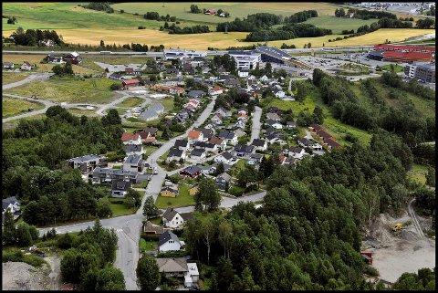 Fortid og nåtid: På Bjørnstad møter ny og gammel bebyggelse stadig mer næringsvirskomhet.
