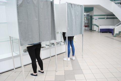 DET STEMMES!: Ulrikke Bråtenes og Elise Andersen har gått inn i avlukket for å stemme.
