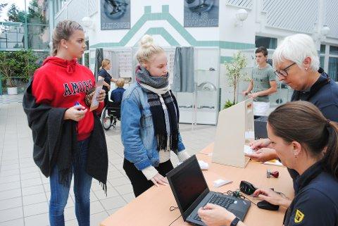 REGISTRERES: Elise Andersen og Ulrikke Bråtenes venter mens valgmedarbeiderne Vibeke Sogn-Hansen og Ellen Juliussen registrerer jentene.