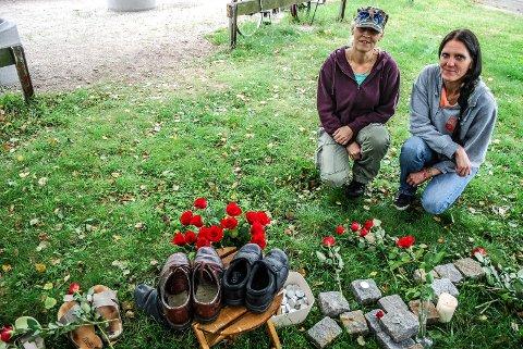 SKO OG ROSER: Merete Hansen og Katrine Gjørwad minnes de som døde av overdose. Skoene markerer de som har gått bort.